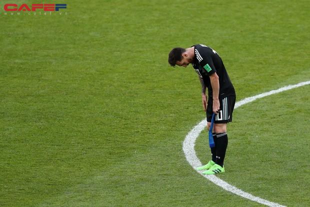 Messi cúi đầu khi sút hỏng penalty, chân sút người Đức ôm mặt sau trận thua sốc: Áp lực mà các cầu thủ phải đối mặt lớn đến mức nào và làm sao để vượt qua chúng? - Ảnh 2.