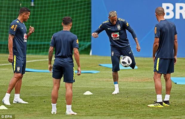 Hình ảnh Neymar ôm mặt đau đớn trên sân tập khiến fan Brazil lo lắng - Ảnh 1.
