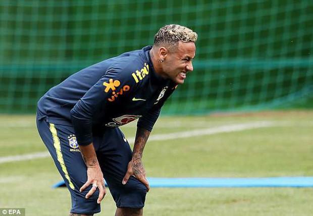 Hình ảnh Neymar ôm mặt đau đớn trên sân tập khiến fan Brazil lo lắng - Ảnh 2.