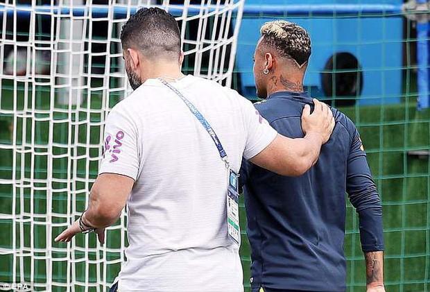 Hình ảnh Neymar ôm mặt đau đớn trên sân tập khiến fan Brazil lo lắng - Ảnh 4.