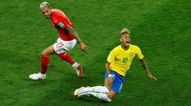 Hình ảnh Neymar ôm mặt đau đớn trên sân tập khiến fan Brazil lo lắng - Ảnh 6.