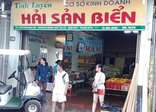 Phát hiện 2 cửa hàng hải sản ở Sầm Sơn bán tôm bơm tạp chất độc hại - Ảnh 2.