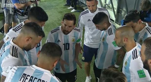 Bức ảnh gây sốt: Messi nói, dàn sao Argentina vây quanh lắng nghe - Ảnh 1.