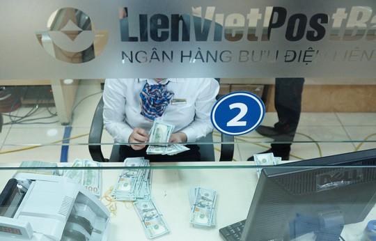 Giá USD ngân hàng vượt 23.000 đồng/USD, công ty bắt đầu lo - Ảnh 1.