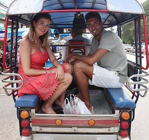 Không được đá World Cup, trung vệ MU Chris Smalling đưa vợ sang Việt Nam du lịch, đá cầu với người hâm mộ - Ảnh 8.