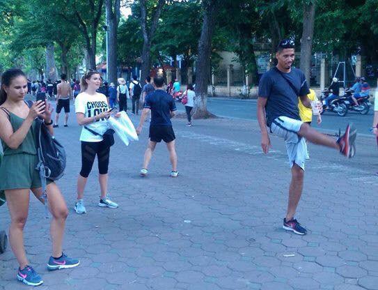 Không được đá World Cup, trung vệ MU Chris Smalling đưa vợ sang Việt Nam du lịch, đá cầu với người hâm mộ - Ảnh 4.