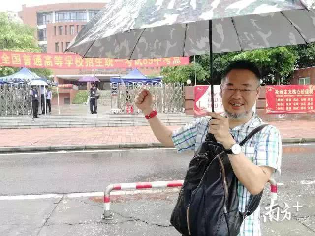 Những hình ảnh ấn tượng trong ngày thi đại học đầu tiên ở Trung Quốc - kỳ thi khắc nghiệt nhất thế giới - Ảnh 14.