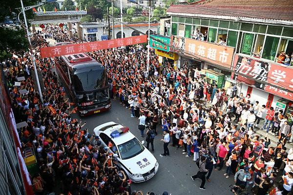 Những hình ảnh ấn tượng trong ngày thi đại học đầu tiên ở Trung Quốc - kỳ thi khắc nghiệt nhất thế giới - Ảnh 5.