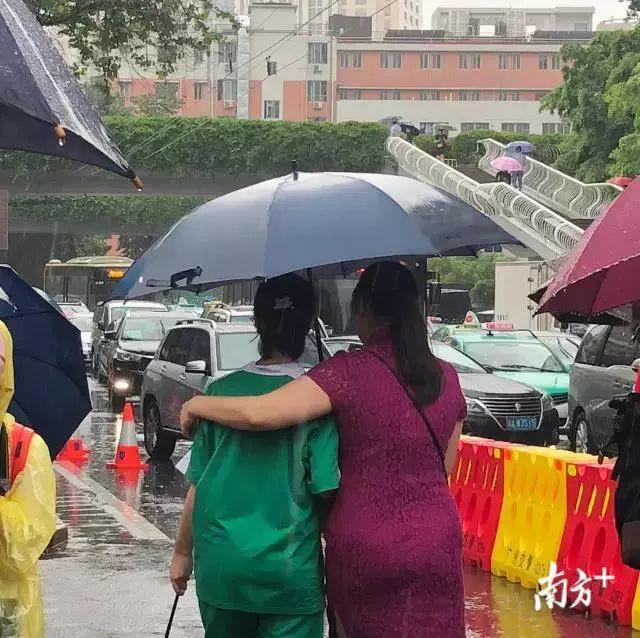 Những hình ảnh ấn tượng trong ngày thi đại học đầu tiên ở Trung Quốc - kỳ thi khắc nghiệt nhất thế giới - Ảnh 10.