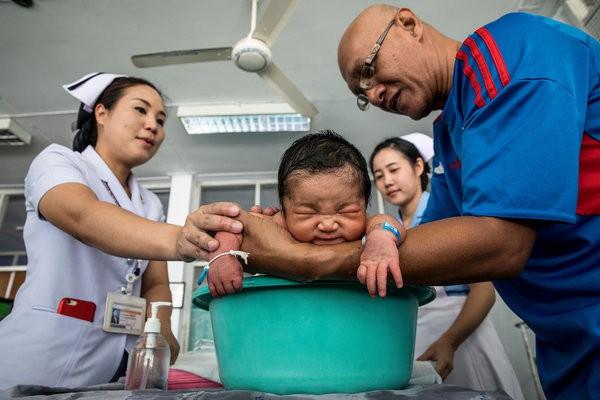 Được làm cha là niềm hạnh phúc nhất: Những bức ảnh ngọt ngào ghi lại khoảnh khắc các ông bố khắp thế giới đón chào giây phút con chào đời - Ảnh 3.