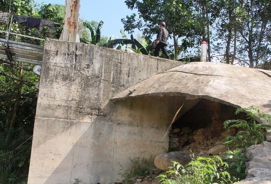 Cầu treo 6,5 tỉ đồng xây 3 năm chưa đi được vì... thiếu đường dẫn - Ảnh 4.