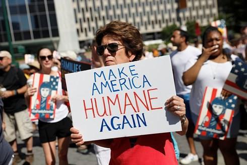 Hàng trăm nghìn người biểu tình phản đối chính sách bán hàng nhập cư của Trump - Ảnh 1.