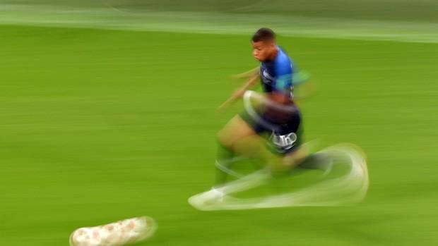 Sau màn lăn lộn ăn vạ như Neymar, sao trẻ Mbappe lại bị chỉ trích vì thói câu giờ chọc tức đối thủ - Ảnh 2.
