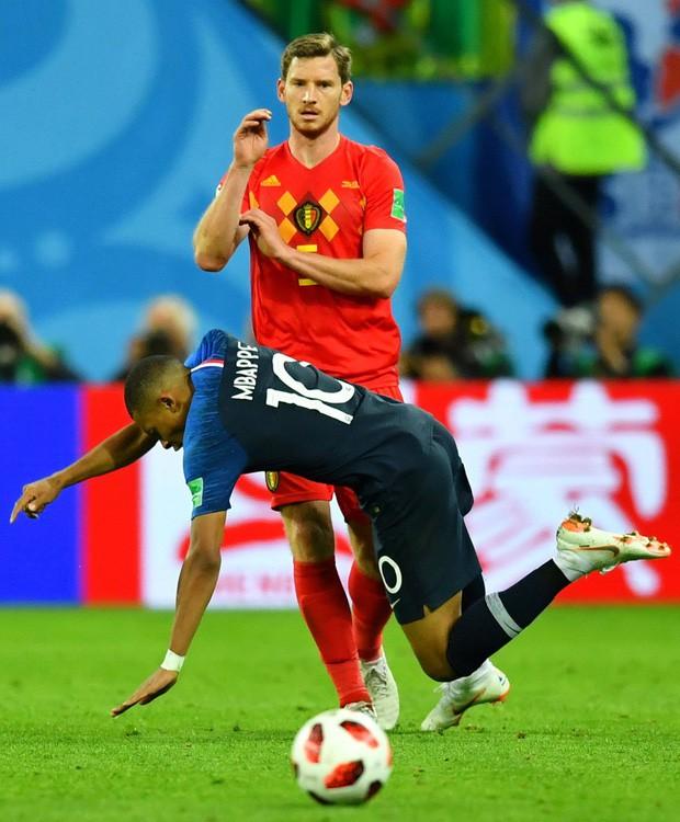 Sau màn lăn lộn ăn vạ như Neymar, sao trẻ Mbappe lại bị chỉ trích vì thói câu giờ chọc tức đối thủ - Ảnh 3.