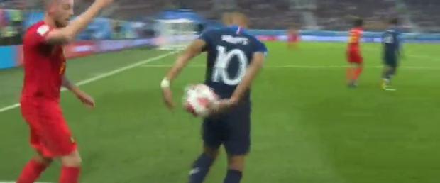 Sau màn lăn lộn ăn vạ như Neymar, sao trẻ Mbappe lại bị chỉ trích vì thói câu giờ chọc tức đối thủ - Ảnh 6.