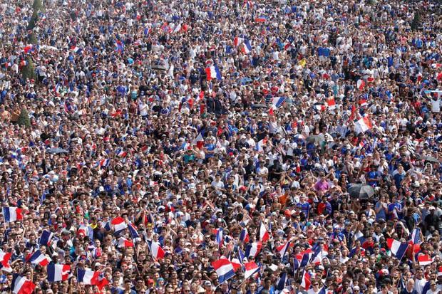 Xúc động cảnh ăn mừng cuồng nhiệt của hàng trăm ngàn CĐV Pháp ở Paris - Ảnh 1.