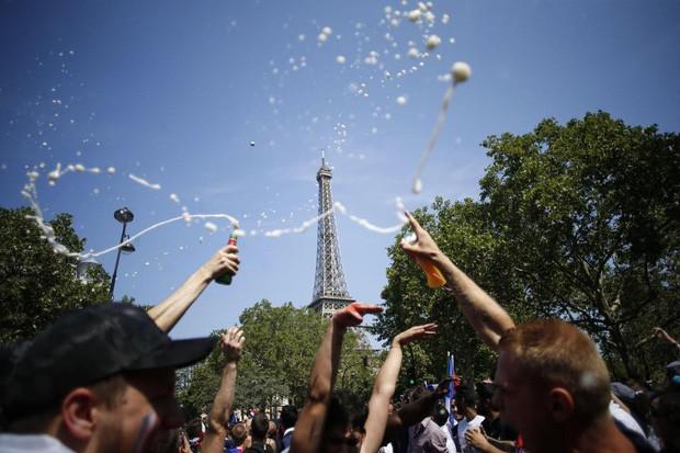 Xúc động cảnh ăn mừng cuồng nhiệt của hàng trăm ngàn CĐV Pháp ở Paris - Ảnh 11.