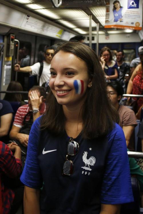 Xúc động cảnh ăn mừng cuồng nhiệt của hàng trăm ngàn CĐV Pháp ở Paris - Ảnh 12.