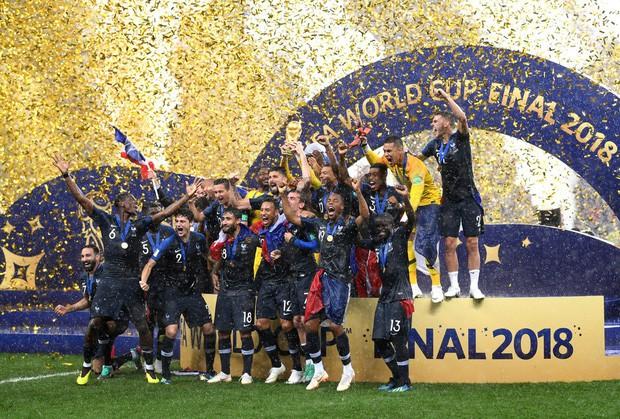 Khoảnh khắc lịch sử: Dàn sao đội tuyển Pháp thay nhau hôn Cúp vàng thế giới - Ảnh 16.