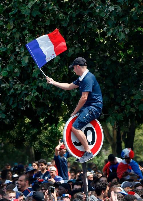 Xúc động cảnh ăn mừng cuồng nhiệt của hàng trăm ngàn CĐV Pháp ở Paris - Ảnh 6.