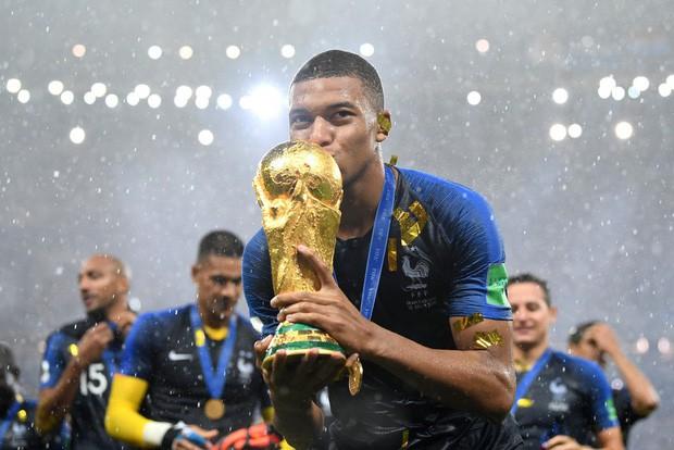 Khoảnh khắc lịch sử: Dàn sao đội tuyển Pháp thay nhau hôn Cúp vàng thế giới - Ảnh 10.
