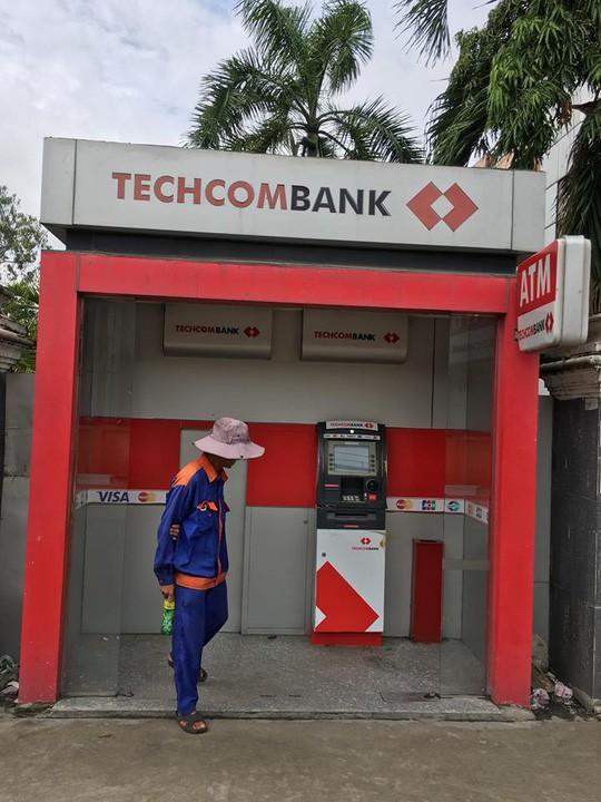 TP HCM: Trụ ATM Techcombank bị trộm đục - Ảnh 1.