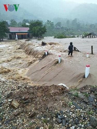 Ảnh: Bão số 3 gây mưa to, lũ lớn khiến bản làng tan hoang - Ảnh 10.