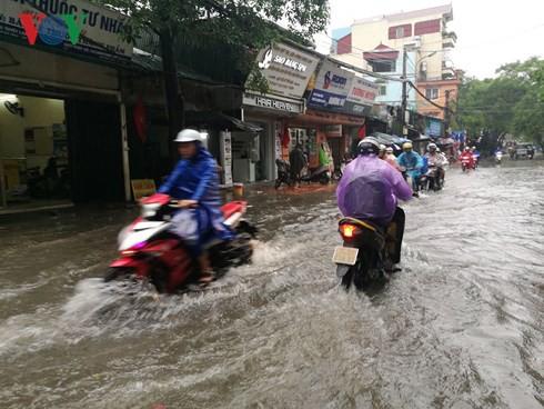 Hà Nội mưa trắng trời, nhiều phố thành sông - Ảnh 1.