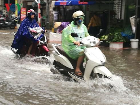 Hà Nội mưa trắng trời, nhiều phố thành sông - Ảnh 2.