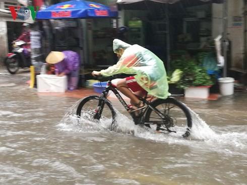 Hà Nội mưa trắng trời, nhiều phố thành sông - Ảnh 3.