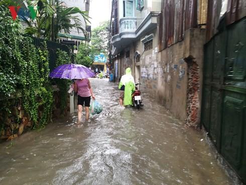 Hà Nội mưa trắng trời, nhiều phố thành sông - Ảnh 4.
