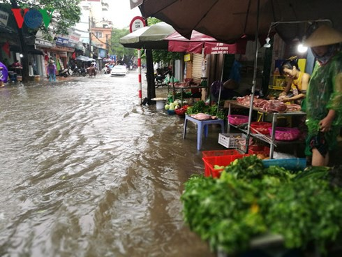 Hà Nội mưa trắng trời, nhiều phố thành sông - Ảnh 6.