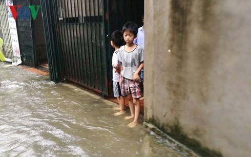 Hà Nội mưa trắng trời, nhiều phố thành sông - Ảnh 7.
