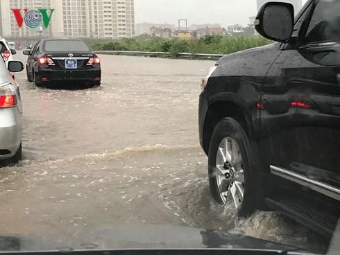 Hà Nội mưa trắng trời, nhiều phố thành sông - Ảnh 8.