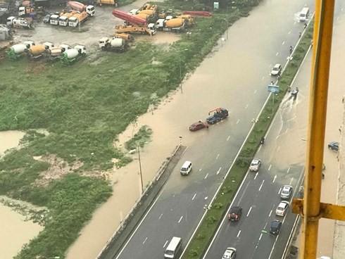 Hà Nội mưa trắng trời, nhiều phố thành sông - Ảnh 9.