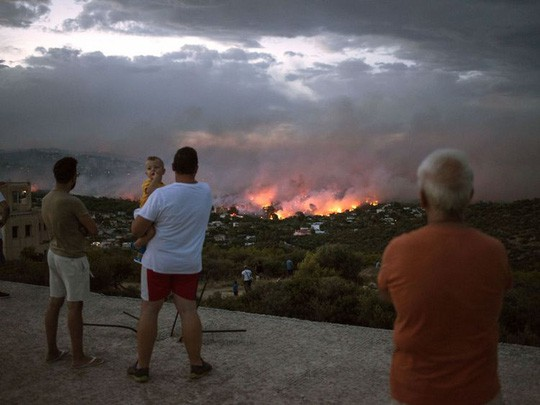 Cháy rừng Hy Lạp: Hàng chục người vượt không nổi biển lửa, chết gục trong sân nhà - Ảnh 3.