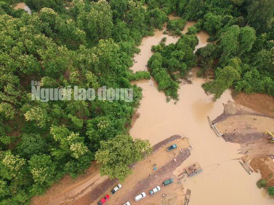 Tường thuật từ nơi vỡ đập thủy điện Lào: Chỉ còn một sốh dùng trực thăng, ca-nô để cứu người - Ảnh 1.