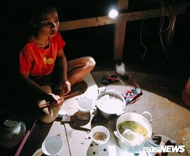 Ảnh: Người Việt thẫn thờ dọn dẹp đổ nát sau vụ vỡ đập thủy điện ở Lào - Ảnh 8.