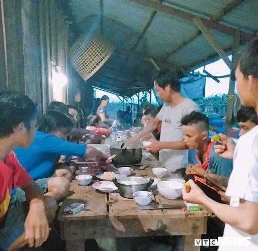 Ảnh: Người Việt thẫn thờ dọn dẹp đổ nát sau vụ vỡ đập thủy điện ở Lào - Ảnh 9.