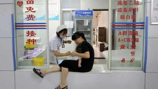 Trung Quốc: Tiết lộ động trời về vắc-xin tiêm vào như ăn dầu cống rãnh - Ảnh 1.