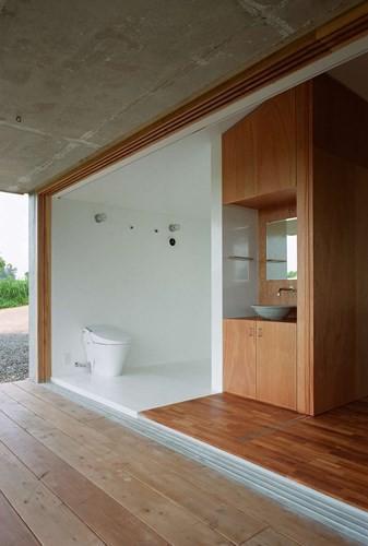 Bồn rửa và nhà vệ sinh thiết kế dạng mở, cánh cửa trượt có thể kéo lại khi các thành viên trong nhà muốn có sự riêng tư.