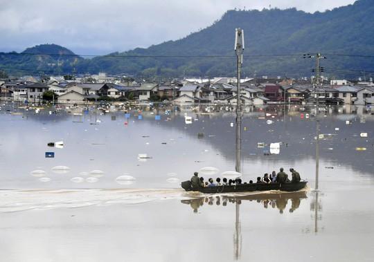 Nhật Bản: Mưa gió tới mức cuốn người trên cầu rơi xuống sông chết đuối - Ảnh 4.