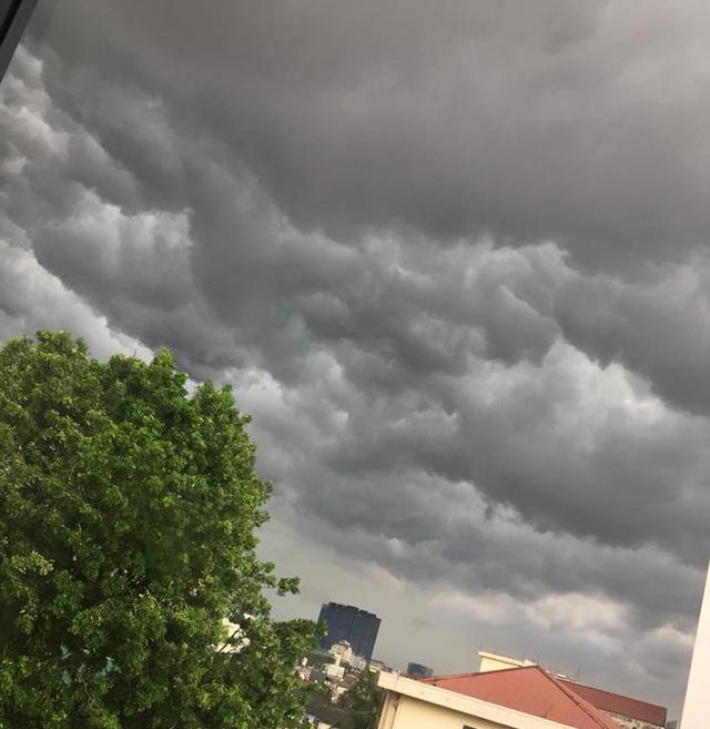 Hình ảnh bầu trời Hà Nội ấn tượng trong cơn dông, nhiều người hối hả về nhà tránh mưa lớn - Ảnh 12.