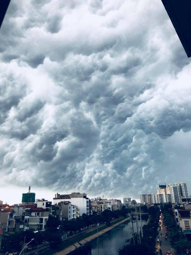 Hình ảnh bầu trời Hà Nội ấn tượng trong cơn dông, nhiều người hối hả về nhà tránh mưa lớn - Ảnh 3.