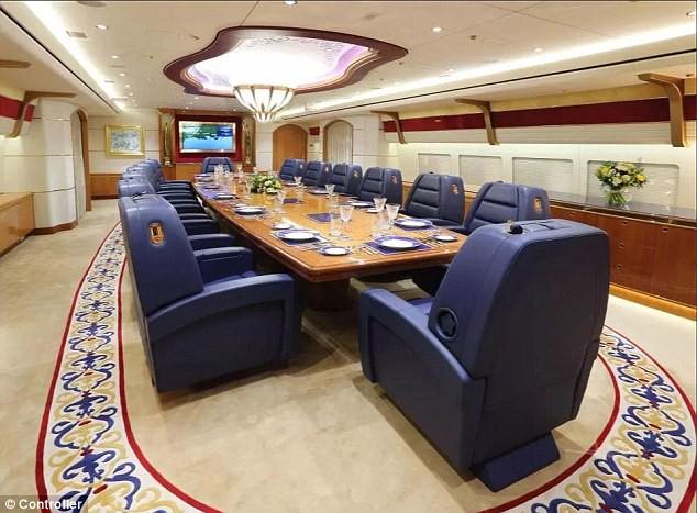 Cận cảnh siêu phi cơ dát vàng, 10 phòng tắm của Hoàng gia Qatar đang được rao bán 650 triệu USD - Ảnh 3.