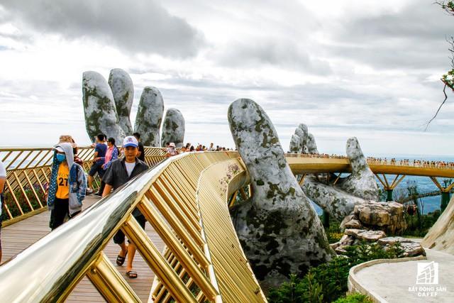 Mặc dù không bắc qua bất kỳ dòng sông nào nhưng cây cầu này ở Việt Nam đã trở thành 1 trong các điểm đến hoàn hảo nhất địa cầu - Ảnh 7.
