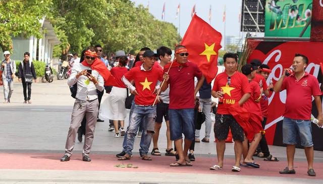 Ít phút trước trận bán kết ASIAD 2018 Việt Nam - Hàn Quốc, cổ động viên cả nước đồng lòng hướng về thầy trò ông Park - Ảnh 8.