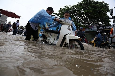 Mưa trắng trời ở Biên Hòa, nước ngập trôi cả xe máy  - Ảnh 1.