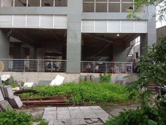 Hàng chục cư dân cố thủ ở chung cư Long Phụng để bảo vệ tài sản - Ảnh 1.