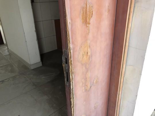 Hàng chục cư dân cố thủ ở chung cư Long Phụng để bảo vệ tài sản - Ảnh 3.